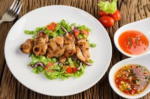 Gegrilltes Hähnchen mit Salat
