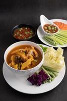 Schlangenkopffisch-Curry in einer weißen Schüssel mit Chilipaste