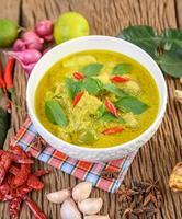 grünes Curry mit Limetten, roten Zwiebeln, Zitronengras, Knoblauch und Kaffirblättern