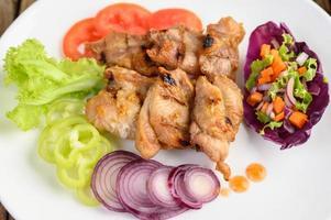 In Scheiben geschnittenes gegrilltes Hähnchen mit Salat