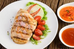 Gegrilltes Hähnchen mit gegrilltem Gemüse und Salat