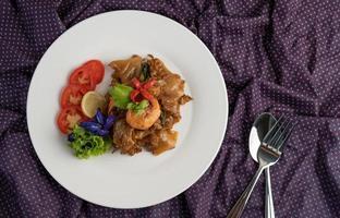 Gebratene Nudeln mit Garnelen und Tomaten