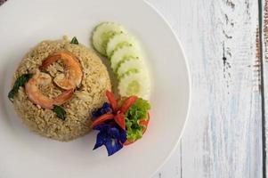 gebratener Reis mit dekorativen Garnelen