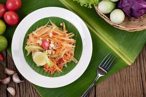 thailändischer Papayasalat mit Bananenblättern und frischen Zutaten