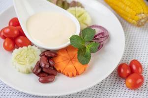 Obst- und Gemüsesalat auf einem weißen Teller foto