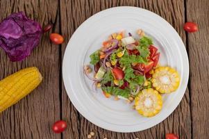 Obst- und Gemüsesalat auf einem weißen Teller