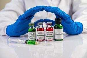Wissenschaftler trägt blaue Handschuhe beim Umgang mit Impfstoffen