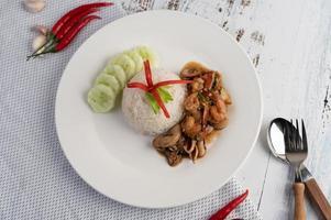 Reis mit gebratenem Basilikum mit Tintenfisch und Garnelen