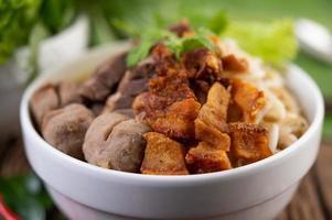 gelbe Nudeln mit knusprigem Schweinefleisch und Fleischbällchen