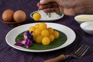 Tanga Yod, thailändisches Dessert auf einem Bananenblatt