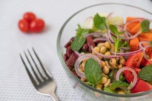frischer Gemüse- und Obstsalat in einer Glasschüssel