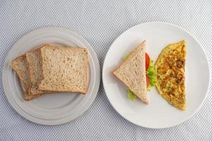Omelett und Sandwich gepaart