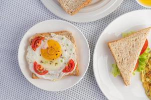 Omeletts mit Spiegelei und einem Tomatensandwich