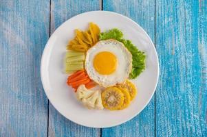 amerikanisches Spiegelei mit Salat, Kürbis, Gurke, Karotte, Mais und Blumenkohl