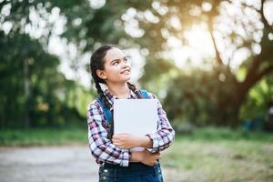 junge Studentin hält ein Buch