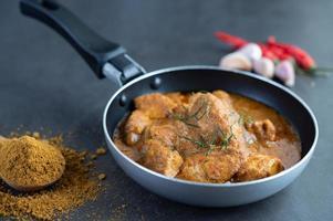 Massaman Thai Curry mit Gewürzen