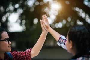 zwei junge College-Studenten, die sich gegenseitig High Fives geben