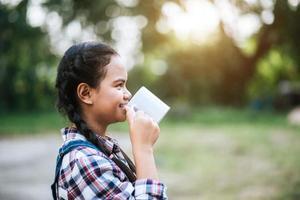 Mädchen trinkt Milch aus der Tasse