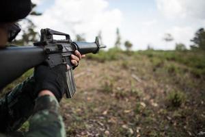 echter getarnter Soldat, der mit seiner Waffe zielt
