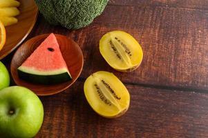 Wassermelone, Ananas, Kiwi, in Stücke geschnitten foto