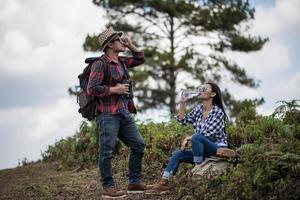junges Paar, das Karte beim Wandern im Wald betrachtet