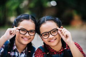 Schönheitsporträt von zwei jungen Mädchen, die Kamera betrachten