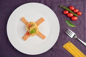 Gourmet-Spaghetti wunderschön auf einem weißen Teller angeordnet