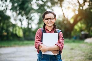 junge Studentin hält ein Buch foto