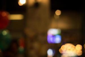 abstraktes Stadtnachtlicht mit defokussiertem Hintergrund