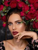 schönes Mädchen, das nahe Rosen aufwirft