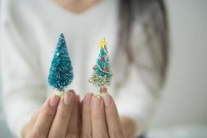 zwei kleine Weihnachtsbaumschmuck