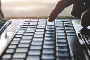 Hand Person, die auf einem Laptop arbeitet und verwendet foto