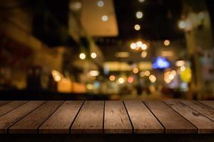 verschwommene Restaurantszene mit leerer Tischplatte foto