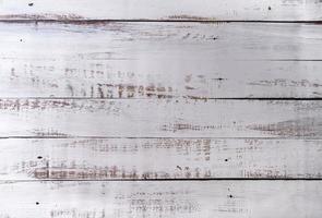 alter Holzschnitzelhintergrund, weiß gestreifte Farbe auf Holzbrettern foto