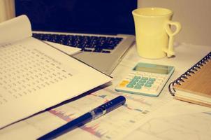 Schreibtisch mit Taschenrechner