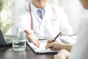 Arzt und Patient füllen Formulare aus