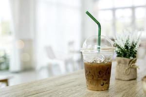Eiskaffee mit einem Strohhalm foto