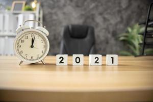 Würfel der Jahresnummer 2021 mit Wecker