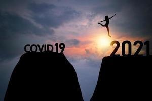 Person springt ins Jahr 2021