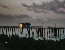 braunes Holzdock auf dem Gewässer während der Nachtzeit foto