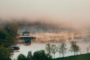 Ozark See, Missouri, 2020 - Holzhaus in der Nähe von grünen Bäumen und See während des Tages