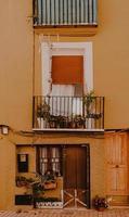 la vila joiosa, 2020 - brauner hölzerner Fensterrahmen mit grünen Pflanzen foto