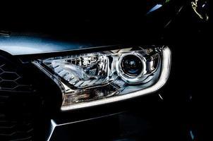 Scheinwerfer auf einem schwarzen Auto foto