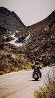 Costa Blanca, Spanien, 2020 - Mann in roter Jacke, der tagsüber Motorrad auf Straße fährt