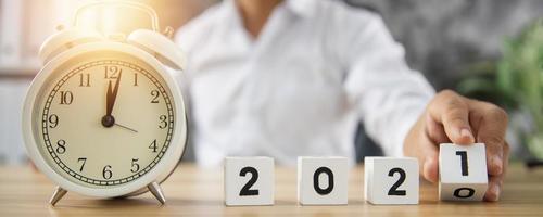 das neue Jahr 2021 mit einem Wecker