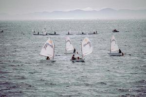 Spanien, 2020 - Menschen, die tagsüber auf einem Segelboot auf See fahren