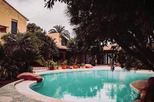 Spanien, 2020 - Menschen, die tagsüber im Pool schwimmen foto