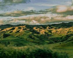 grüne Berge unter weißen Wolken während des Tages