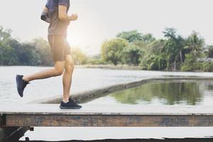 Schließen Sie die Beine eines Mannes, der läuft und trainiert