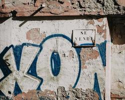 torrevieja, spanien, 2020 - blau-weiße street art foto